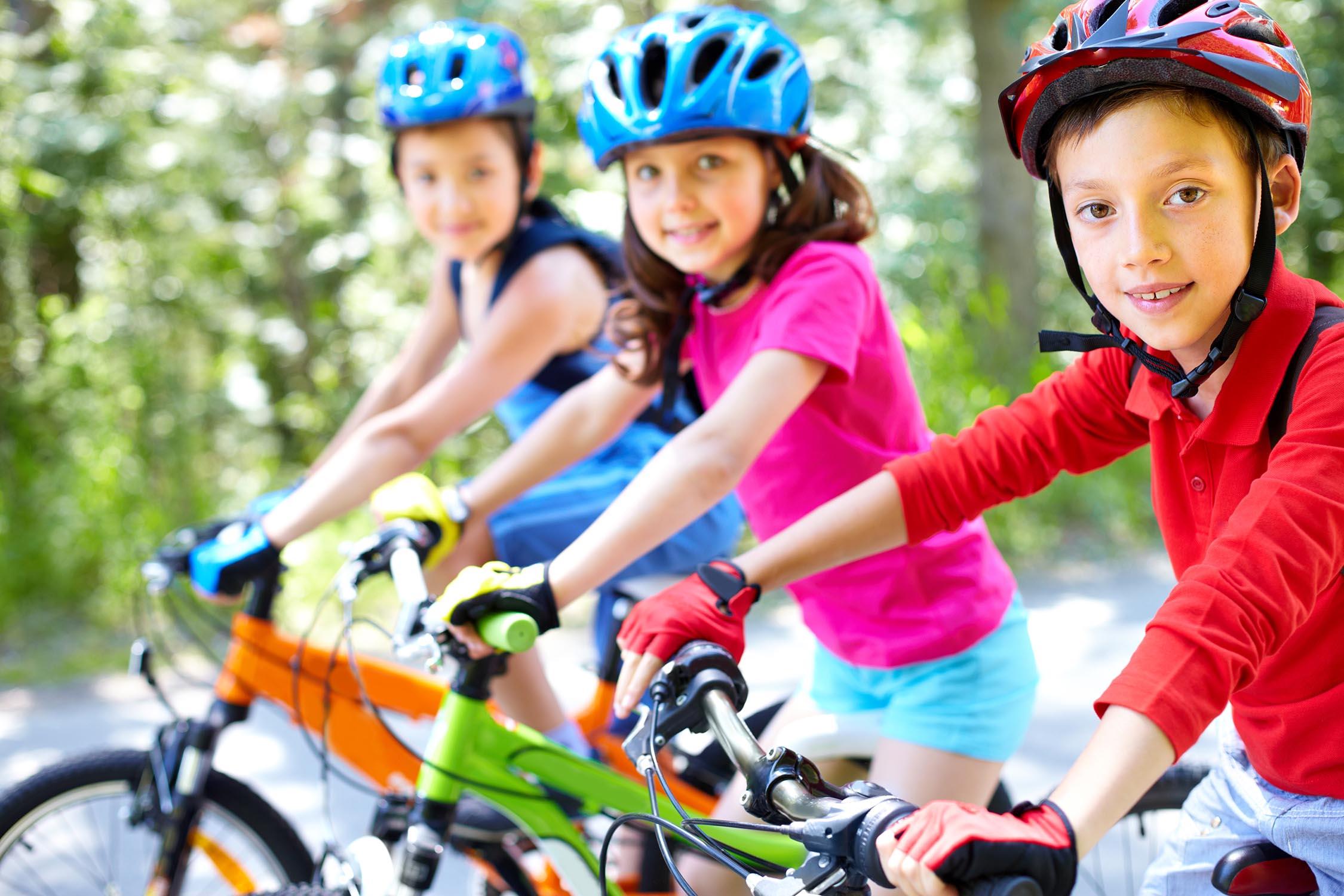 Groupe d'enfants pendant leur activité de cyclisme