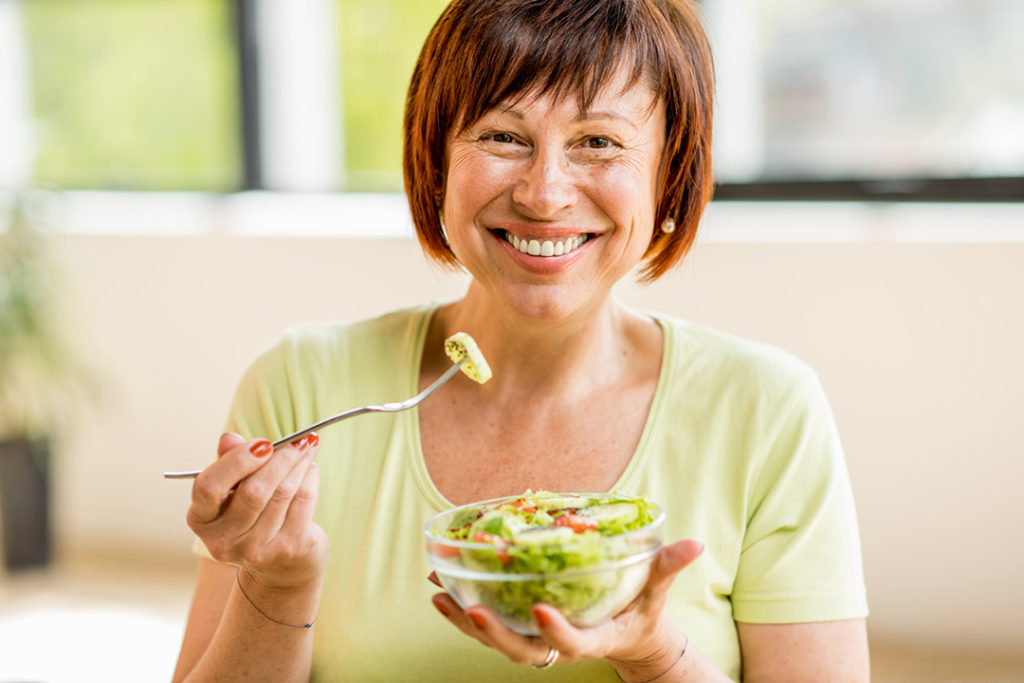 Femme mangeant salade verte ©iStock